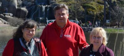 Liilia Erik, matkanjohtaja Pauli Sepponen ja Kalli Kukk nauttivat auringosta