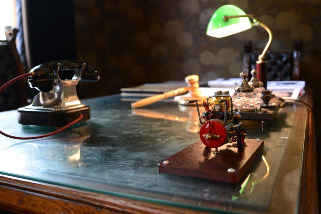 Entinen akronomin huone tarjoaa Bonkin teoksille tyylikkään näyttelytilan