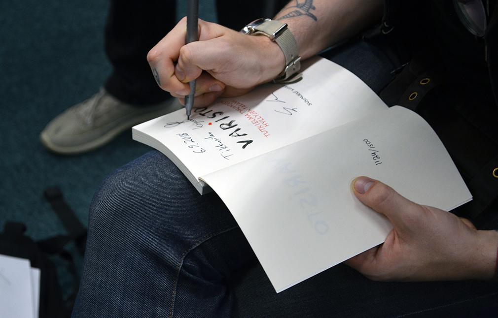 Susinukke Kosola kirjoittaa nimmaria