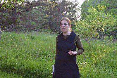 Mia Rönkä kertoo Seilin saaren keskiaikaisesta hospitaalipuutarhasta, jossa kasvatettiin lääkekasveja ja yrttejä. Nykyään paikalla kasvaa villiintyneitä puutarhamansikoita ja jokunen luumupuu.