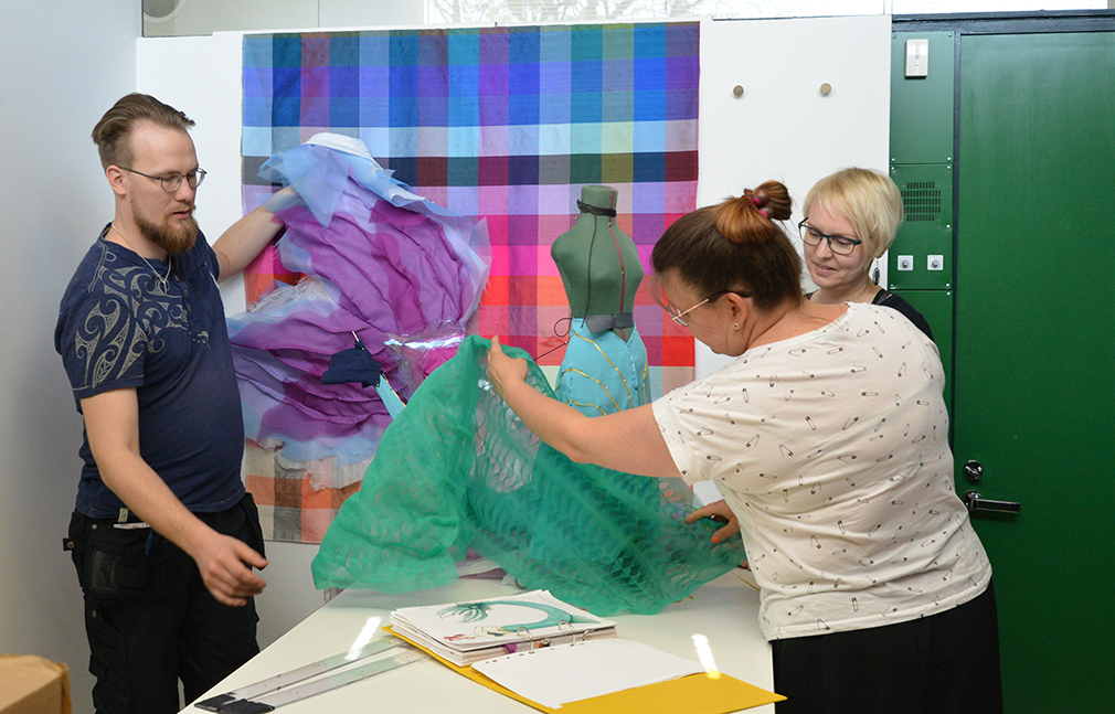 Aati Saarva, Riikka Canth ja Anni Laanti esittelevät pukuihin tulevia silkkejä
