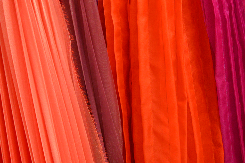 Pieni merenneito -musikaalin pukuihin kuluu satoja metrejä pliseerattua silkkiä.
