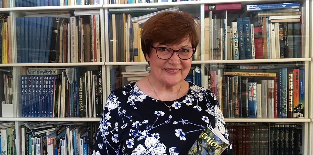 Anneli Rajaniemi kirjastohuoneessaan.
