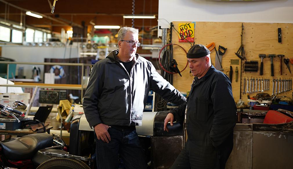 Masi Jukosella (vas.) on työn alla vuoden 1928 Ford roaster. Kari Saarela on tehnyt siihen peltitöitä.