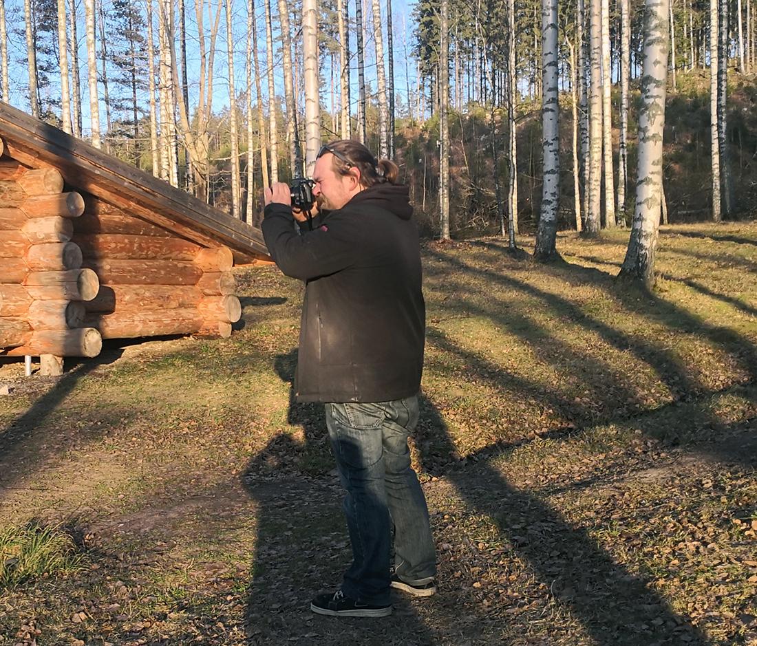 Jimi Julkunen kuvasi isänsä Janin Puumannin laavulla Vihdin Pääkslahdessa.