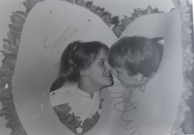 pahvisydämessä suuteleva pari