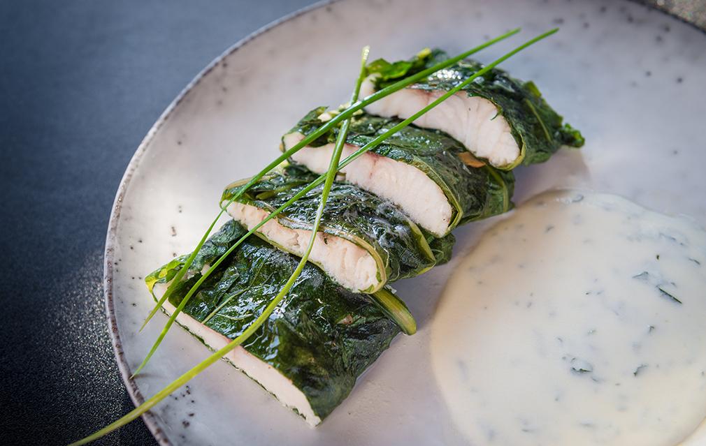 Voikukanlehtiin kääritty fisu on Juho Hämäläisen mielestä mieluisin ruokaohje. Siinä voikukka pääsee näyttävään osaan.
