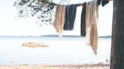 vaatteet kuivuvat puussa merenrannalla