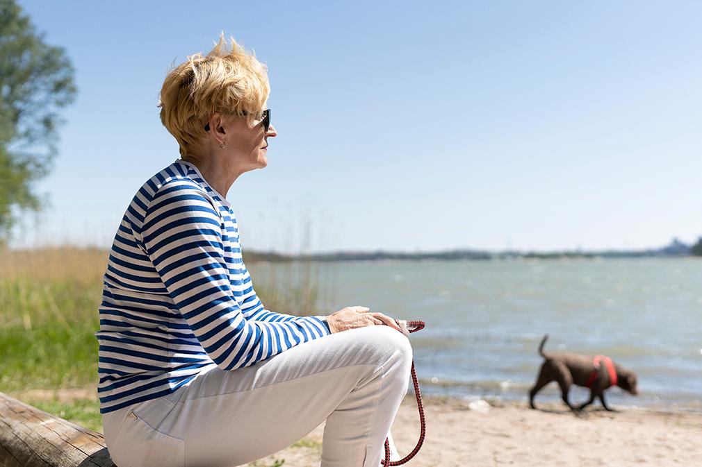 Kristiina Laitinen istuu rannalla