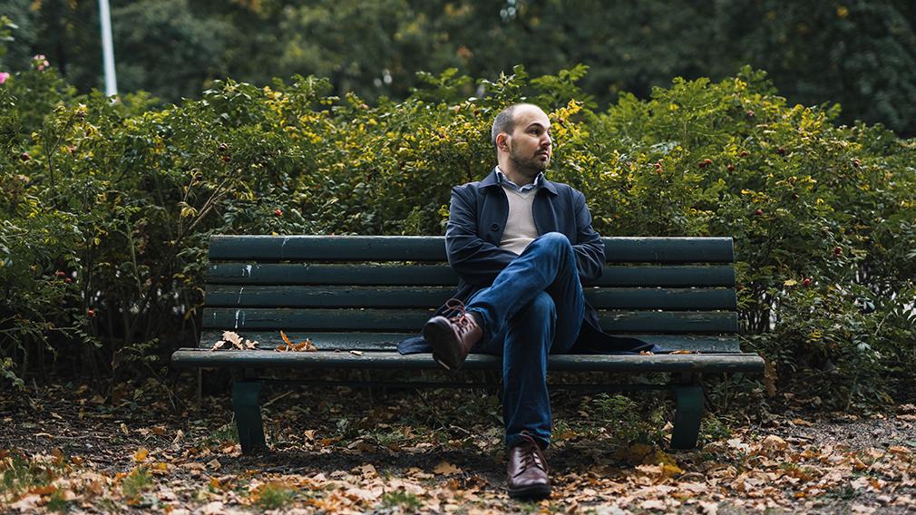 Andrea Magni istuu puistonpenkillä