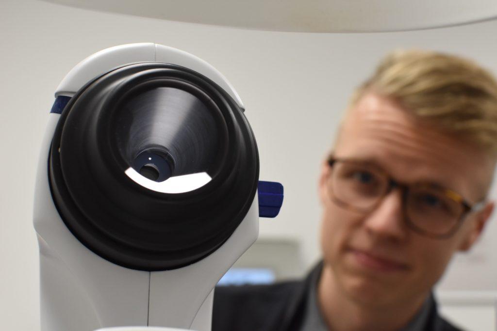 Jyri Vestervik ja silmät kuvaava kamera