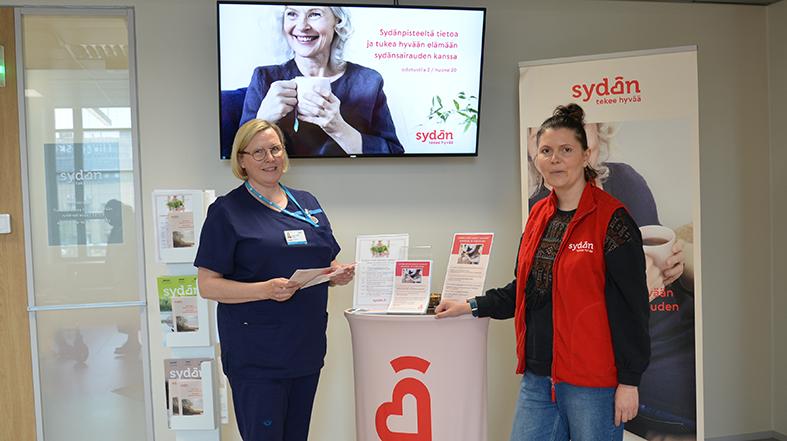 Sairaanhoitaja Sanna-Mari Sahlstedt tuli juttelemaan Sydänpisteessä työskentelevän Susanna Rytkösen kanssa.